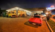 Oldtimer-Tankstelle bei Nacht