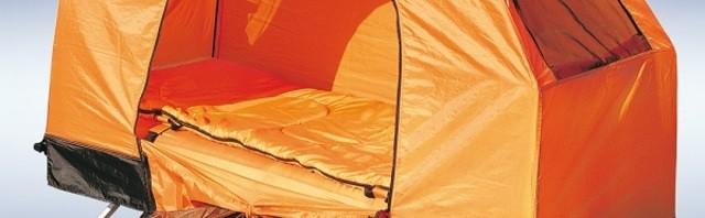 Feldbett mit Zelt