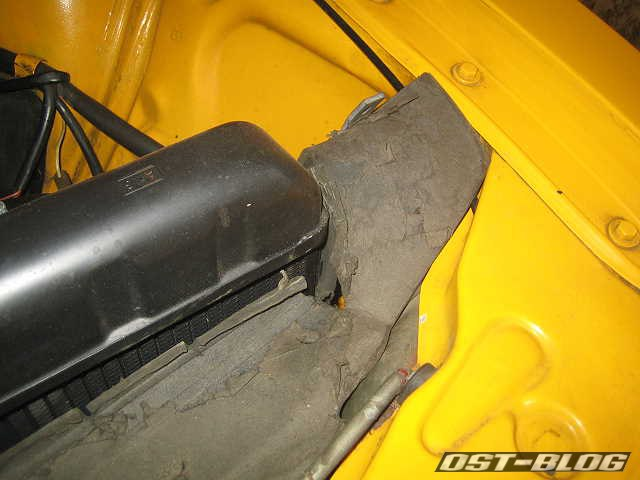 VW Passat eingerissene Kühlerpappe