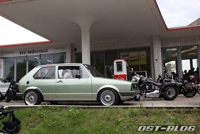 golf-i-oldtimertankstelle